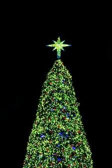 árbol de Navidad en el fondo negro