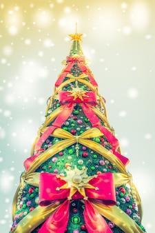 Árbol de navidad visto desde abajo con lazos enormes