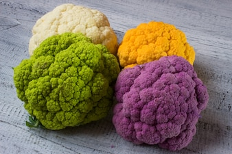 Arco iris de la coliflor orgánica del mercado local.