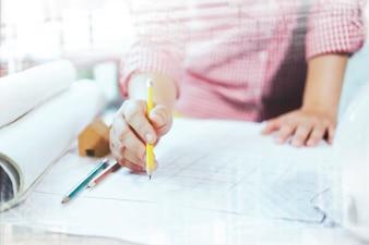 Arquitecto o ingeniero que trabaja en la oficina, Concepto de construcción.