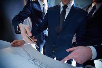 Arquitecto sujetando un plano