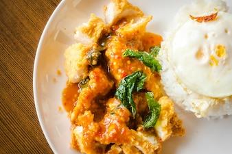 Arroz con pollo crujiente y huevo frito.