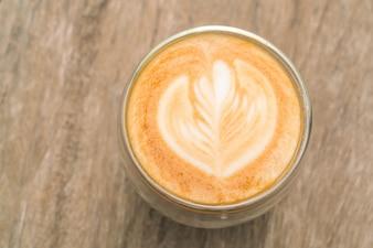 Arte del latte café en la mesa de madera.