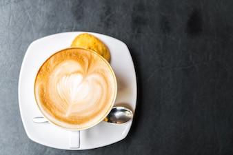 Arte del latte del café sobre la mesa.