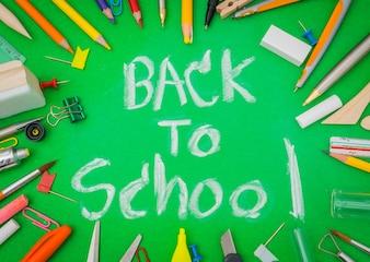 """Artículos escolares en la pizarra verde """"Volver a la escuela de fondo"""""""