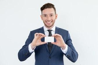 Asesor financiero exitoso mostrando una tarjeta en blanco