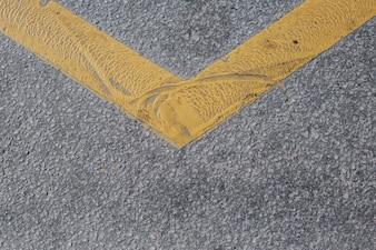 Asfalto con línea amarilla