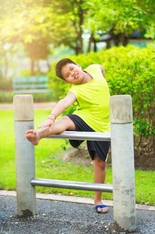 Asiático, deporte, niño, estirar, hierro, barra, jardín
