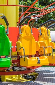 Asientos de montaña rusa en el parque de atracciones