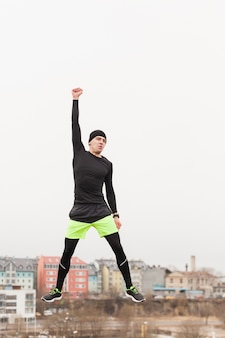 Atleta levantando puño