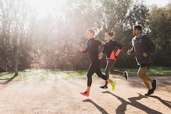 Atletas saludables corriendo en un día soleado