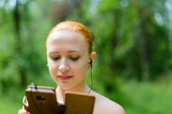 Atractiva joven escuchando música