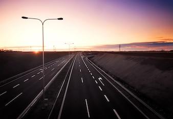 Autovía vacía al amanecer