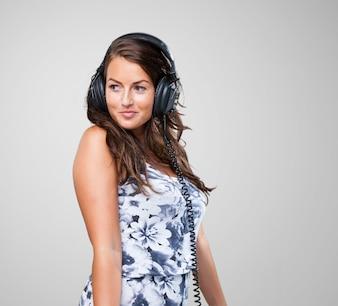 Baile de la mujer bonita con los auriculares