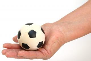 balones de fútbol en la mano, el ocio