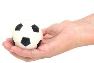 balones de fútbol en la mano, un