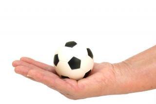 Balones de fútbol en la mano, balón de fútbol
