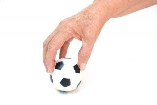 Balones de fútbol en la mano