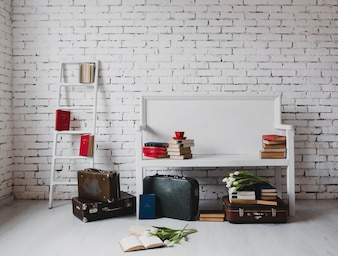 Banco con libros y maletas de viaje