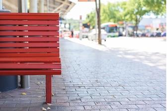Banco de madera rojo al aire libre