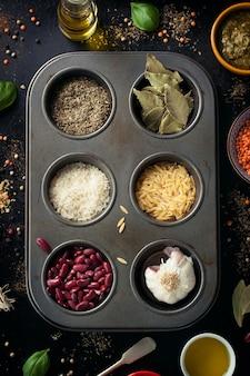 Bandeja con legumbres y hierbas aromáticas