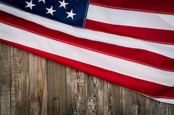 Bandera americana sobre una mesa de madera oscura