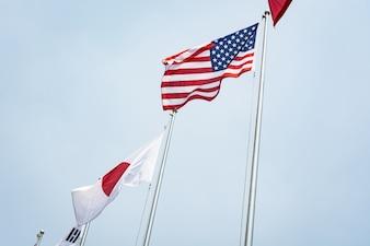 Bandera americana y japonesa