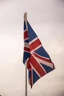 Bandera de Gran Bretaña bajo el cielo azul