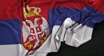 Bandera de Serbia arrugado sobre fondo oscuro 3D Render