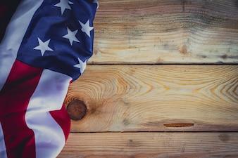 Bandera estadounidense sobre fondo de madera con copia espacio.