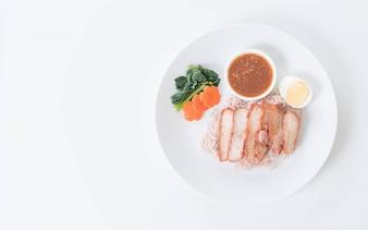 Barbacoa de cerdo rojo en salsa con fideos de trigo integral