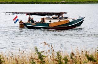Barco de vela por el