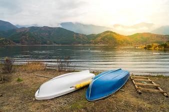Barcos en el lago Kawaguchiko, Japón