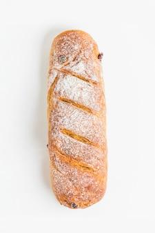 Barra de pan vista desde arriba sobre un fondo blanco