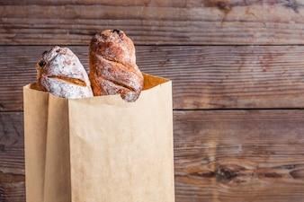 Barras de pan metidas en una bolsa de papel