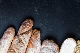 Barras de pan puestas sobre un fondo oscuro