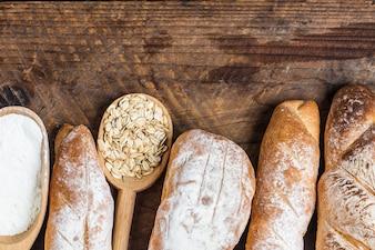 Barras de pan puestas sobre una mesa de madera