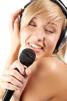 Bastante de audio sostiene el micrófono alegre