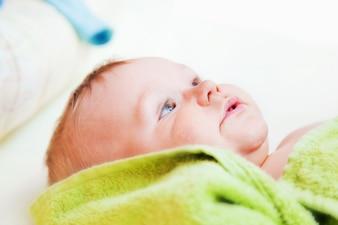 Bebé con los ojos abiertos
