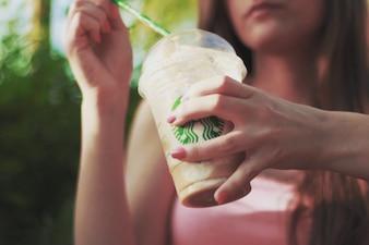 Beber un poco de café para llevar