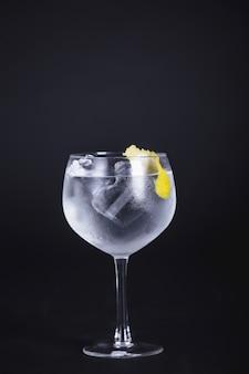 Bebida alcohólica con hielo y limón