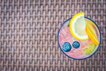 Bebida de maracuyá coctail brillante agria