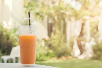 Bebida naranja en un vaso naranja