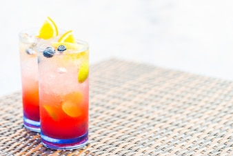 Bebidas tropicales con rodajas de naranja