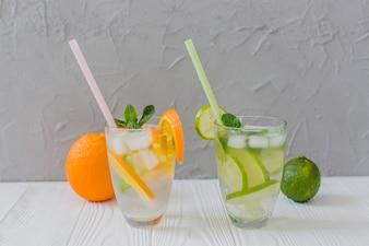 Bebidas veraniegas sabrosas con frutas