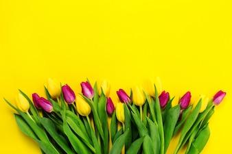 Bella flor amarilla por encima de púrpura