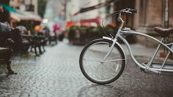 Bicicleta en una calle adoquinada