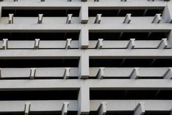 Blanca fachada de hormigón