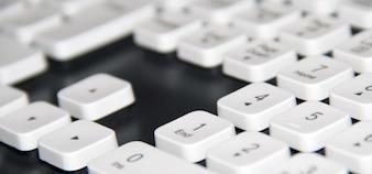 Blanco teclado de computadora primer plano