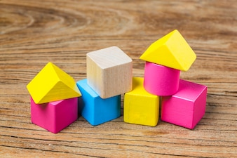Bloques de construcción sobre fondo de madera, Bloques de construcción de madera coloridos